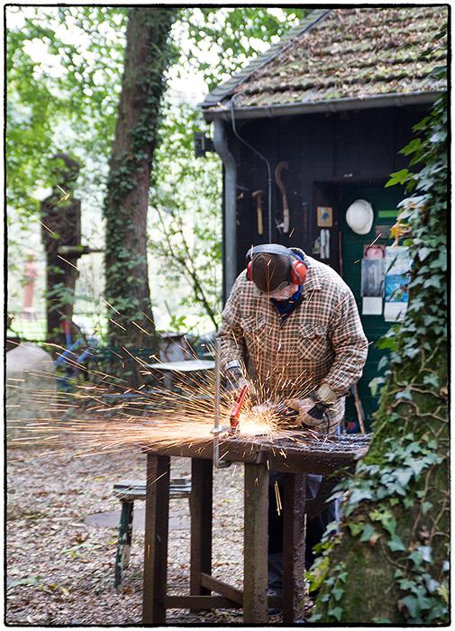 Der Künstler Anatol bei der Arbeits,da wird geschweißt und geschliffen