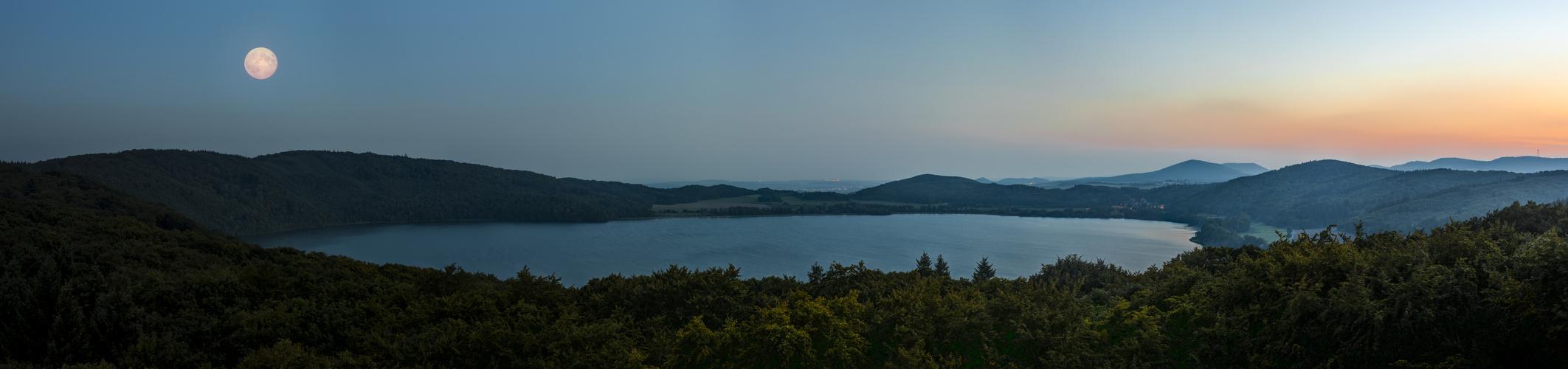 Der Laacher See bei Vollmond