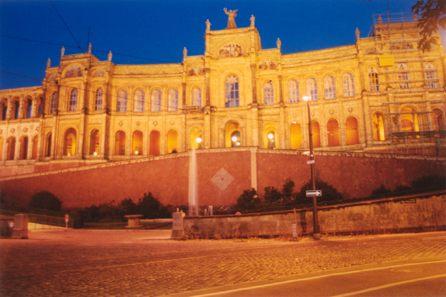 Der Landtag bei Dämmerung