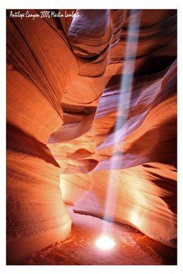 der Lichtstrahl schneidet durch den Fels