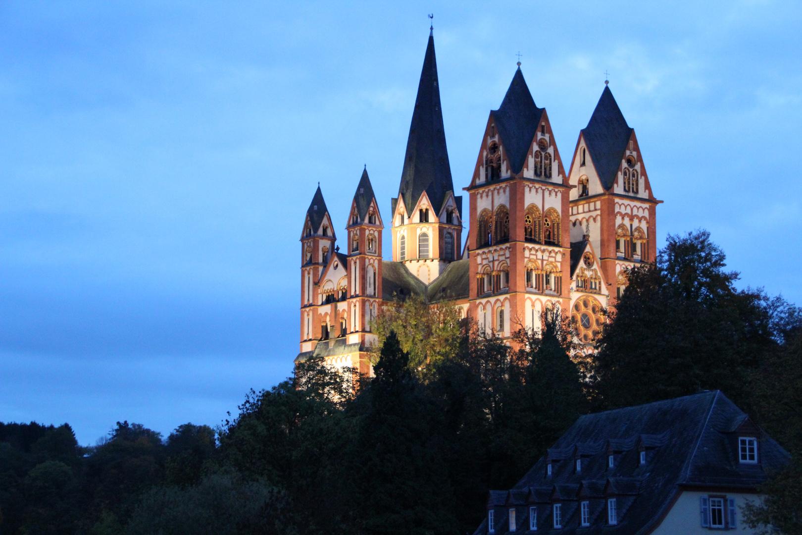 Der Limburger Dom in der Dämmerung
