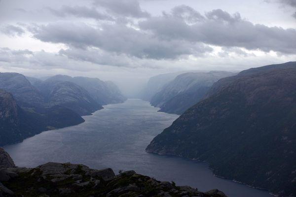 Der Lysefjord zu Füßen des Preikestolen