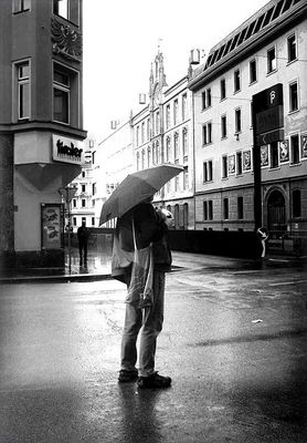 Der Mann, den man alleine im Regen stehen lies