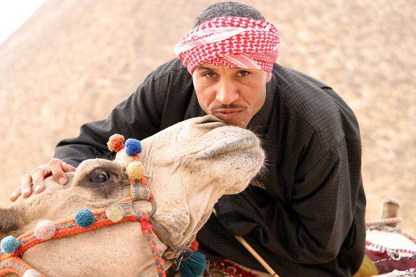 - Der Mann und sein Kamel -