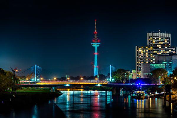 Der Mannheimer Fernmeldeturm bei Nacht