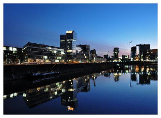 Der Medienhafen im frühen Abendlicht