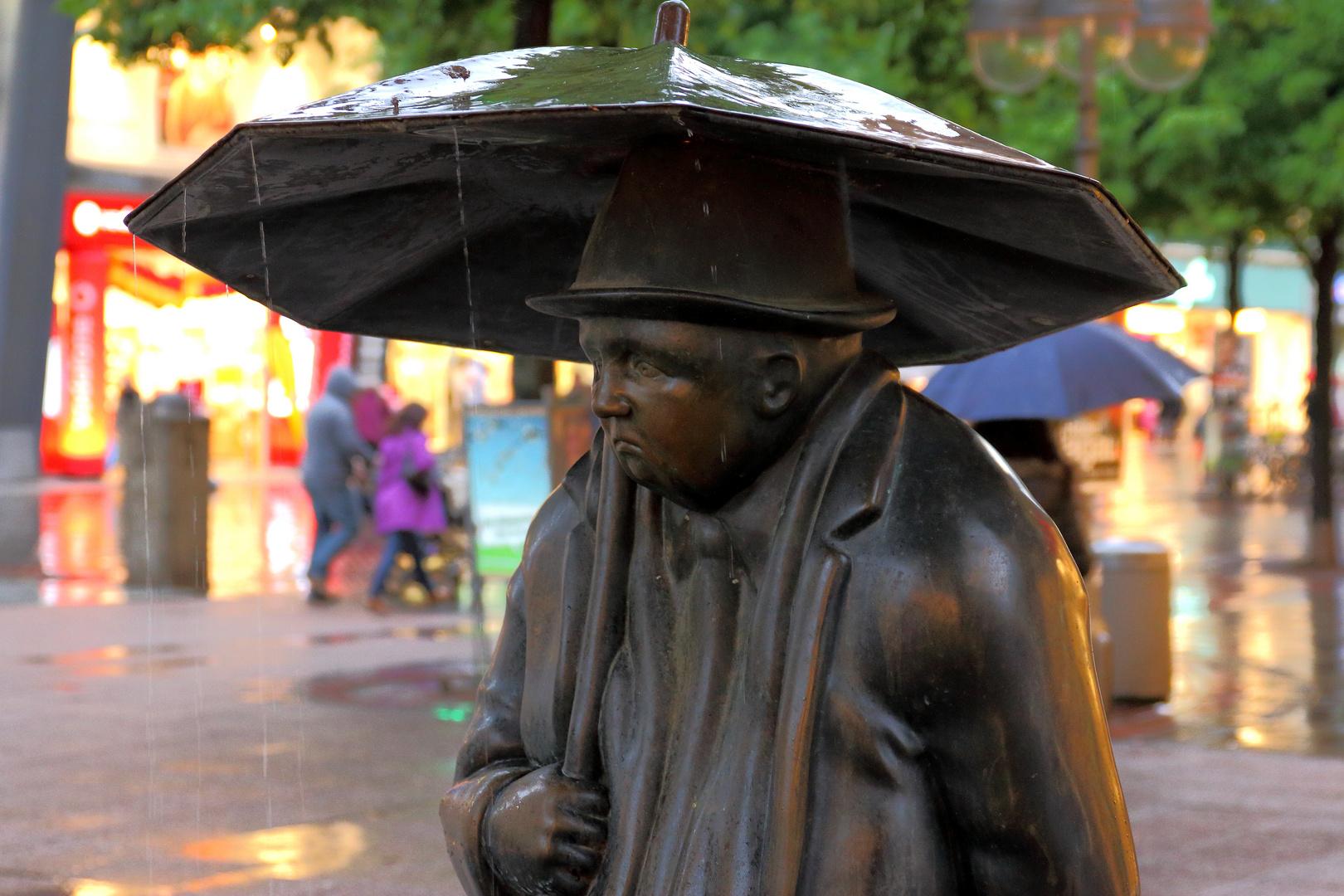 Der Messingmann im Regen
