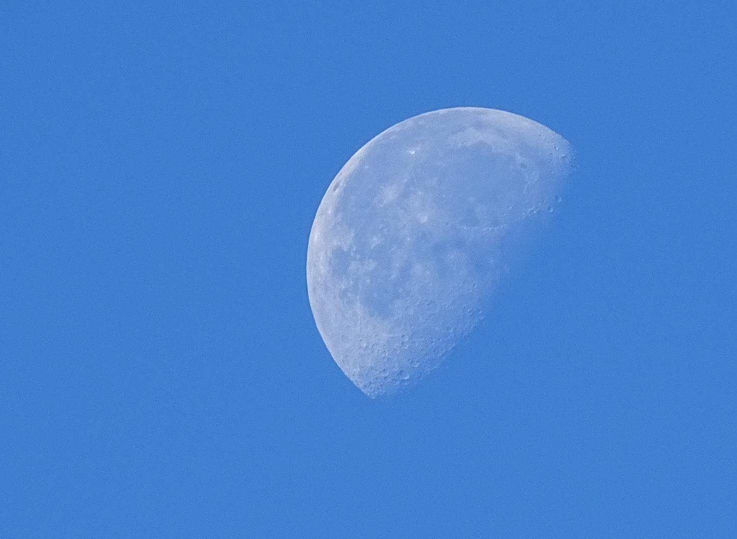 Der Mond am Tag