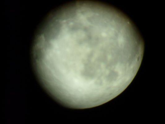 Der Mond durch ein Teleskop fotografiert