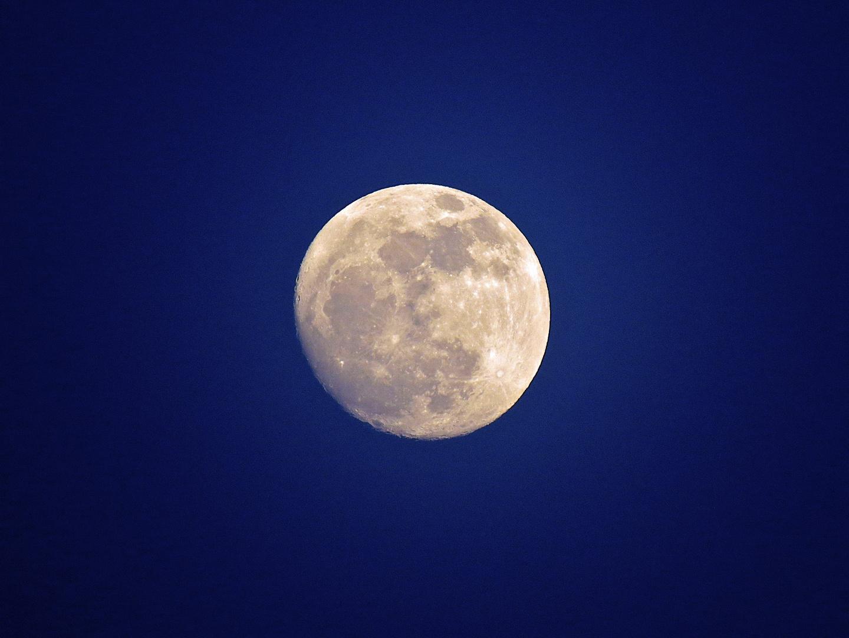 Der Mond, fast voll.