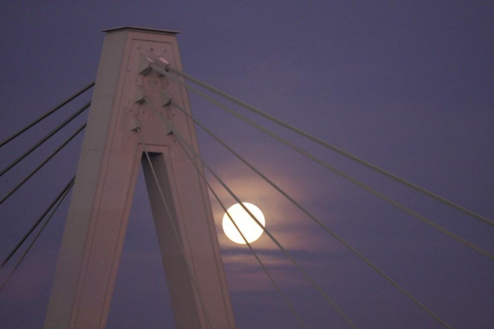 der Mond hängt in den Seilen