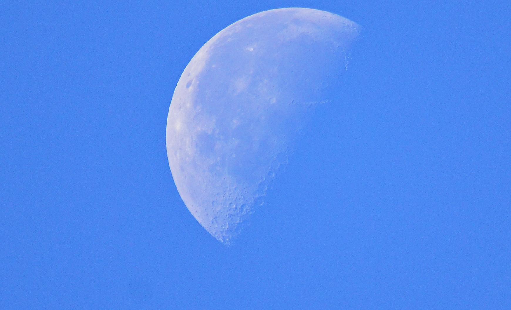 Der Mond heute morgen um 09:07Uhr über Kerpen