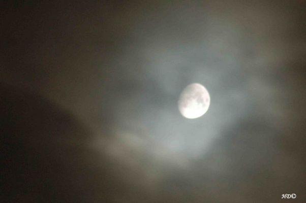 Der Mond hinter den Wolken
