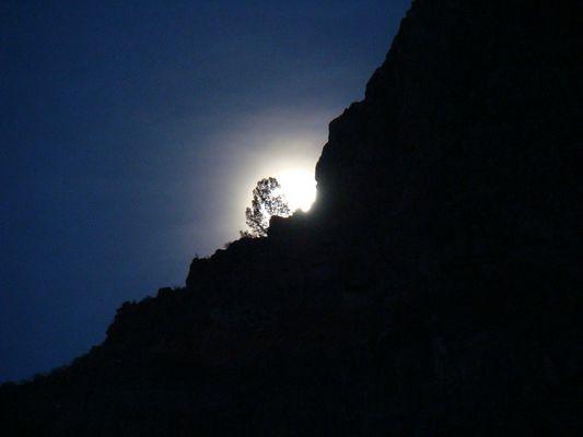 Der Mond hinterm Berg