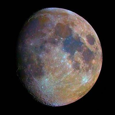 Der Mond in Farbe