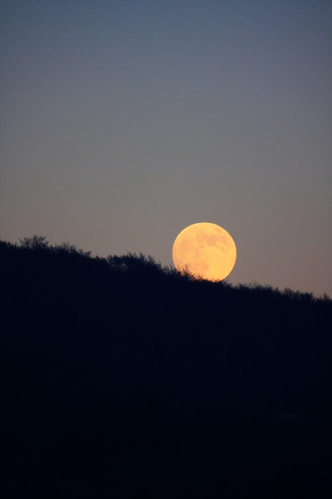 Der Mond rollt den Berg hinunter