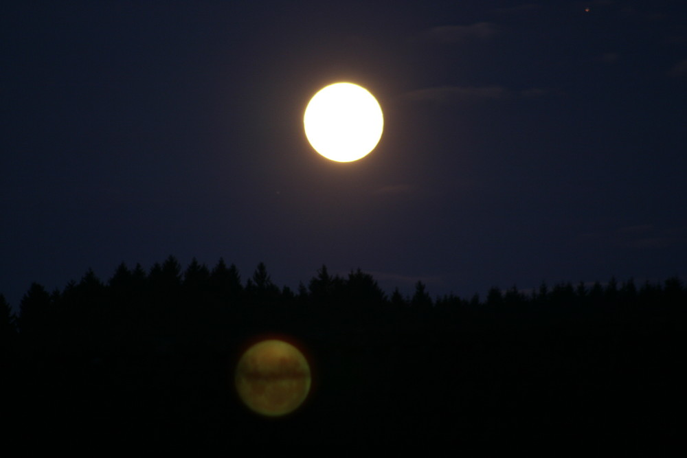 Der Mond spiegelt sich