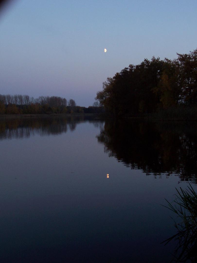 Der Mond über dem Wasser