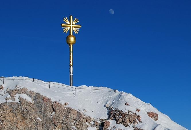 Der Mond und das Gipfelkreuz
