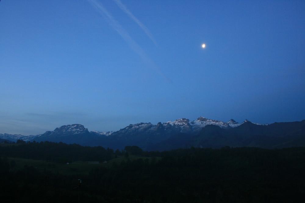 Der Mond und die Berge.