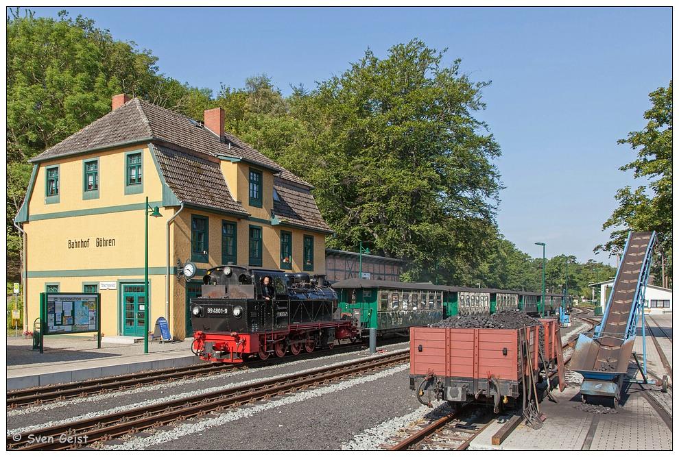 Der Morgenzug aus Putbus bei Einfahrt in den Bahnhof Göhren