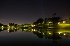 Der Münchner Olympiasee bei Nacht
