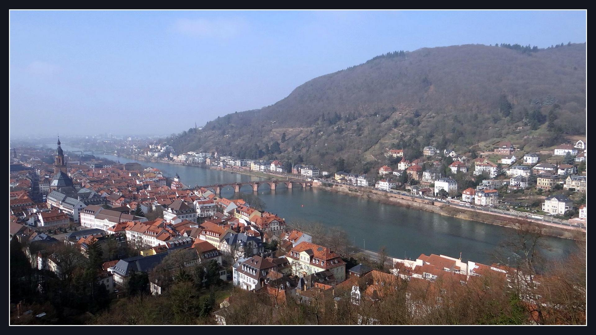 Der Neckar fließt durch Heidelberg