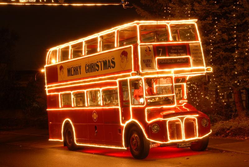 Der Oldi Weihnachtsbus in Hilden vor dem Lichterhaus.