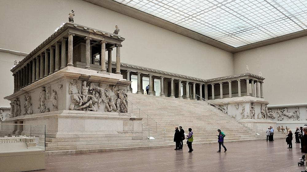 Der Pergamonaltar zu sehen im Pergamonmuseum in Berlin....