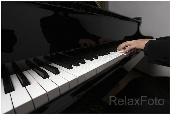 """""""Der Pianist"""" - Klavier spielende Männerhände"""