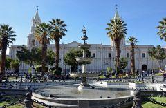 Der Plaza de Armas mit Kathedrale in Arequipa