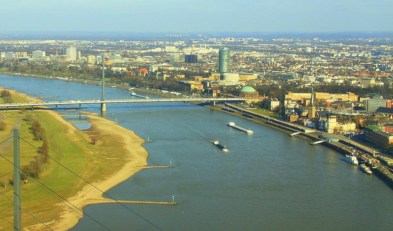 Der Rhein bei Düsseldorf mit Altstadt