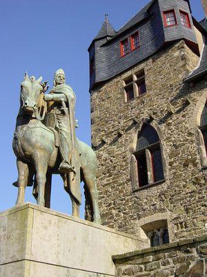Der Ritter und seine Burg.