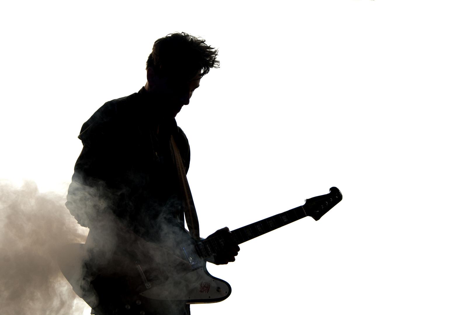 Der Rockgitarrist spielt...