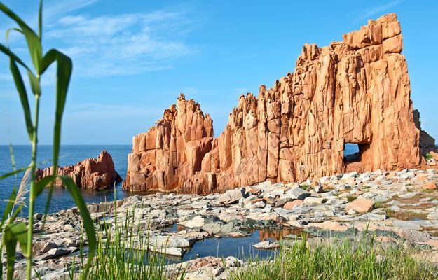 Der rote Felsen von Arbatax auf Sardinien