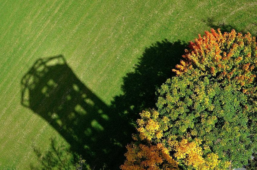 Der Saaleturm wirft seinen Schatten