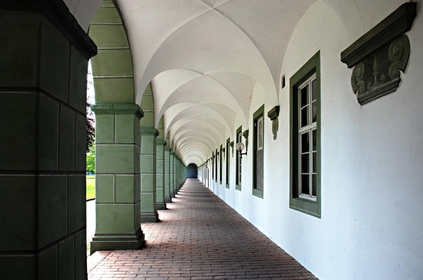 Der Säulengang im Innenhof des Klosters Benediktbeuern