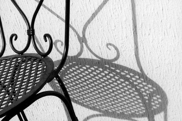 der schatten des stuhls