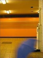 Der Schirm entfernt sich viel zu hektisch von der Münzwaage als eine U-Bahn laut tösend einfährt!