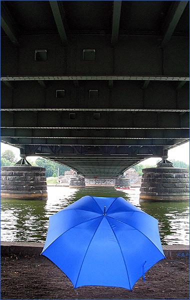 """Der Schirm hängt unter einer Brücke ab und pfeift """"jockey full of Burbon""""!"""