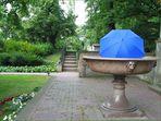 Der Schirm nimmt ein Bad in einem Ding voll gammeligem Wasser, aber Hauptsache kühl!