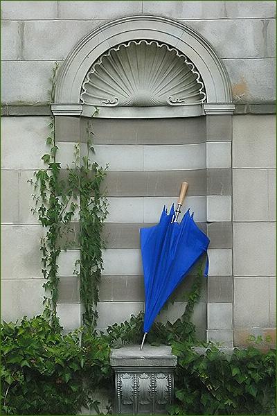 Der Schirm steht nach dem shooting in sich zusammengefaltet  in einer Nische und wartet!