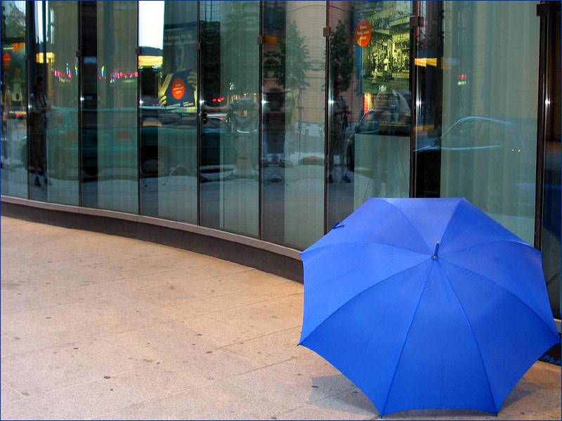 Der Schirm vor dem Daimler-Benz Laden am Potsdamer Platz wie er von einem 5er BMW träumt!