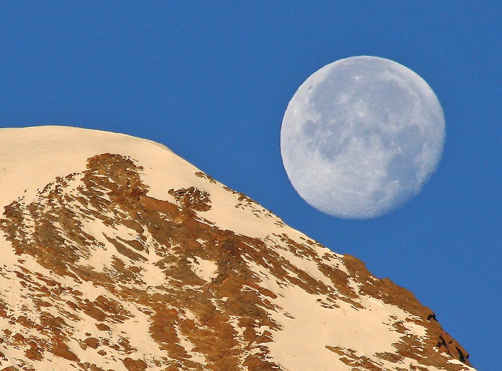 Der schon mal gezeiget Mond beim  sonnenbeschienenem Alhubel vergrößert