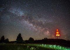 der Sendeturm im Nachthimmel