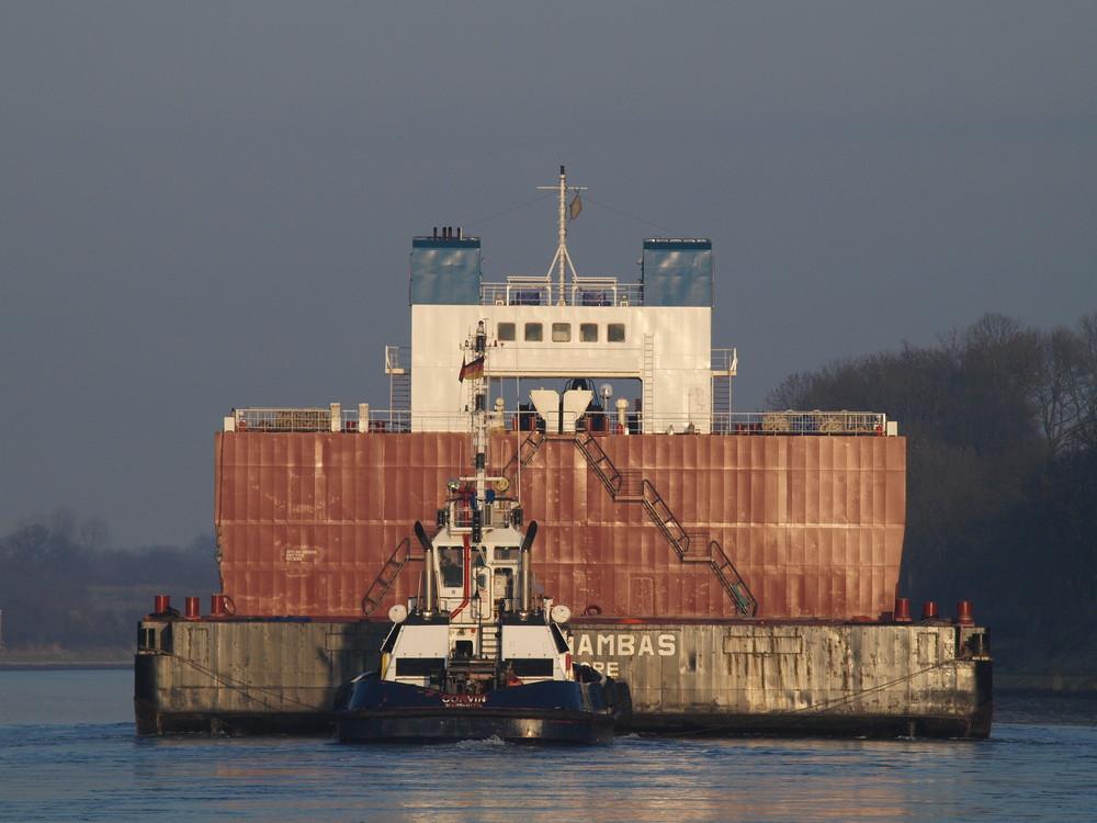 Der SMIT ANAMBAS Schleppverband auf dem Nord-Ostsee-Kanal von hinten.