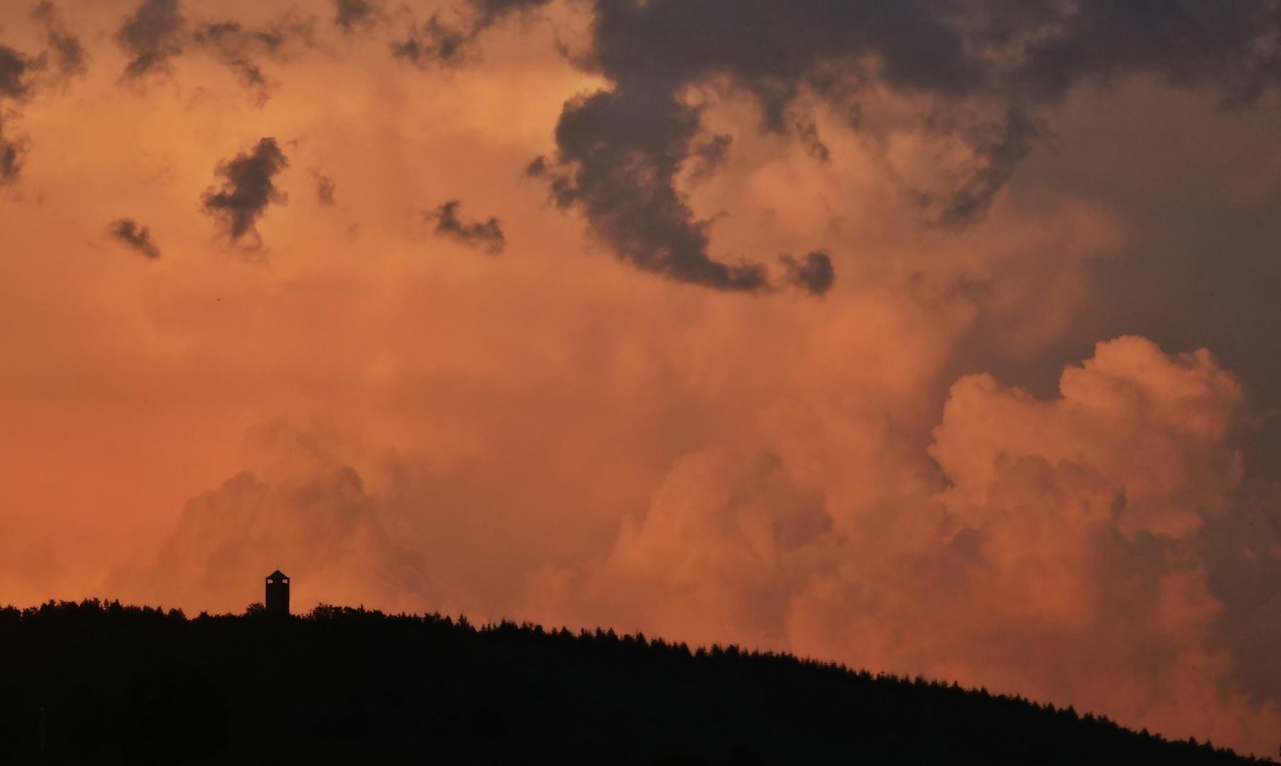 Der Sollingturm im Abendrot