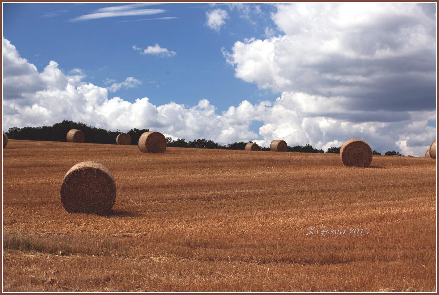 Der Sommer ist vorbei der Herbst - Wolkenstimmung mit den Strohballen.