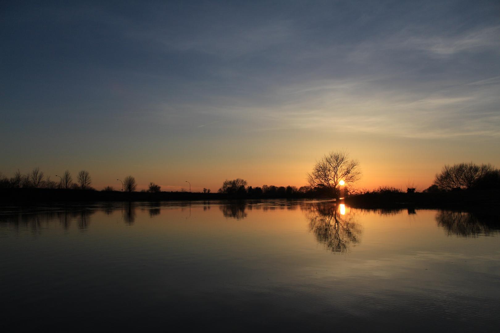 Der Sonnenuntergang an der Weser
