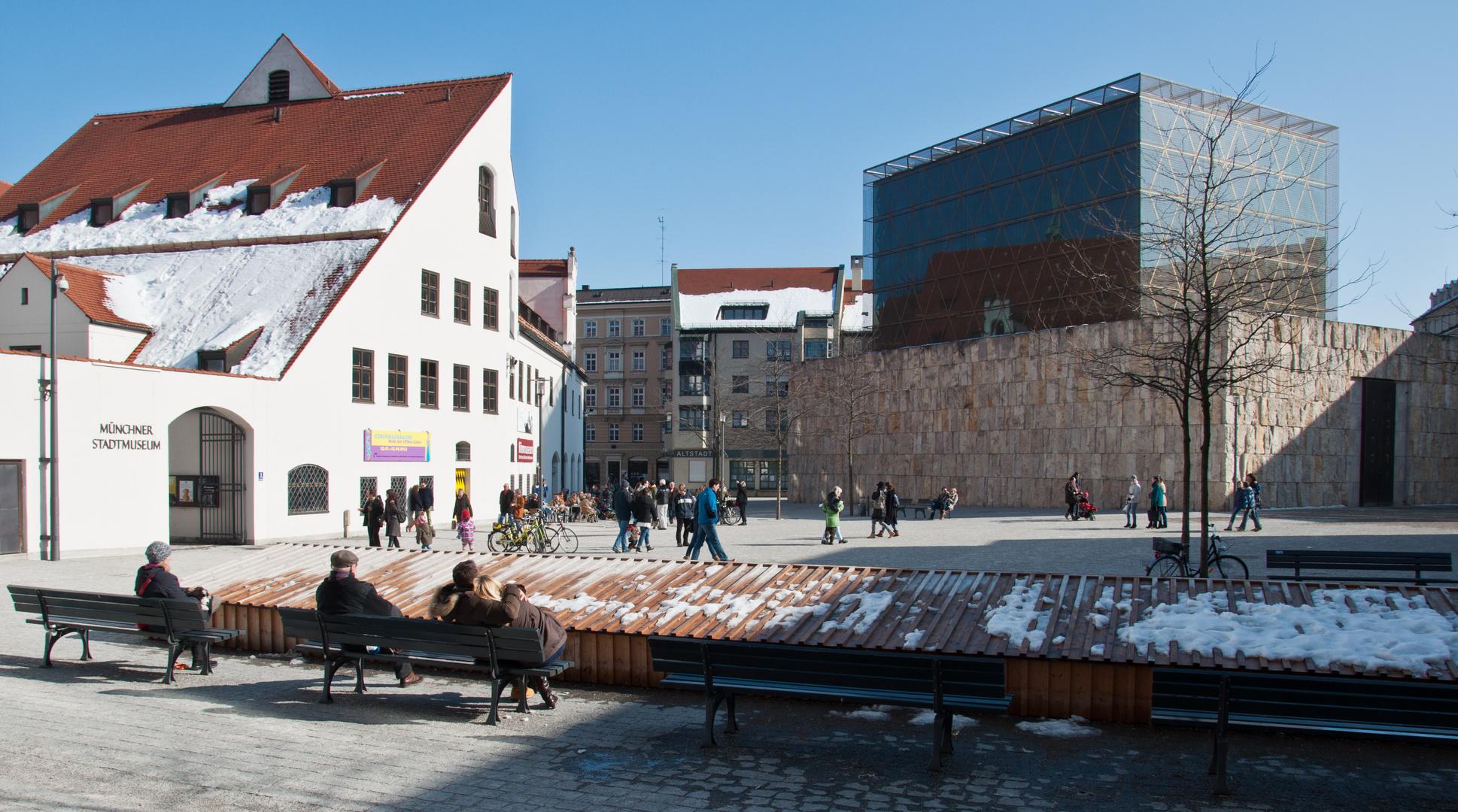 """Der St-Jakobsplatz mit der Neuen Synagoge """"Ohel Jakob"""" und dem Münchner Stadtmuseum"""